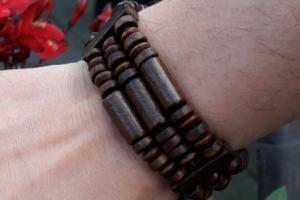 Hölzernes facettiertes Armband