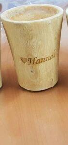 Maßgefertigte Tasse aus Holz mit Gravur