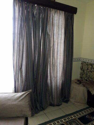 Maßgefertigter Vorhang aus Kikoi Stoff waehrend der Massanfertigung