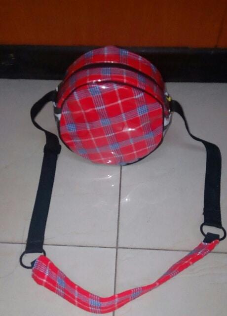 Es ist eine Tasche, die sowohl afrikanisches als auch westliches Design vereint... Es hat einen afrikanischen Look....