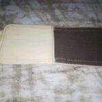 Maßgeschneiderte Brieftasche waehrend der Massanfertigung