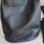 Maßgefertige Handtasche aus schwarzem Leder waehrend der Massanfertigung
