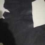 Maßgefertigter schwarzer Lederrucksack aus Leder waehrend der Verhandlung
