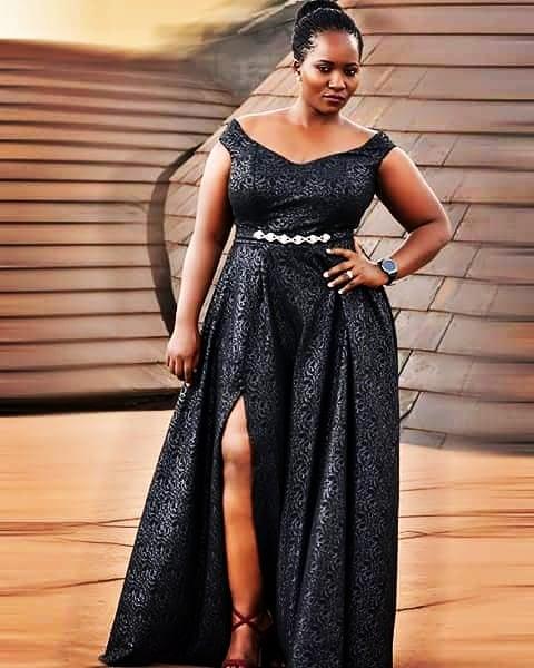 Das Lavendelkleid wurde von dem Kunden inspiriert dessen Name Lavendel ist Sie wusste genau was sie wollte und als sie die Skizze genehmigte machte ich mich an die Arbeit Das Kleid ist schwarz und hat eine Gre von 16 gro der Schlitz zusammen mit dem Flare verleiht ihm ein luxurises Aussehen
