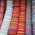 Maßgefertigter Vorhang aus Kikoi Stoff waehrend der Verhandlung
