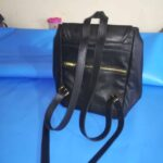 Maßgefertigter schwarzer Lederrucksack aus Leder waehrend der Massanfertigung