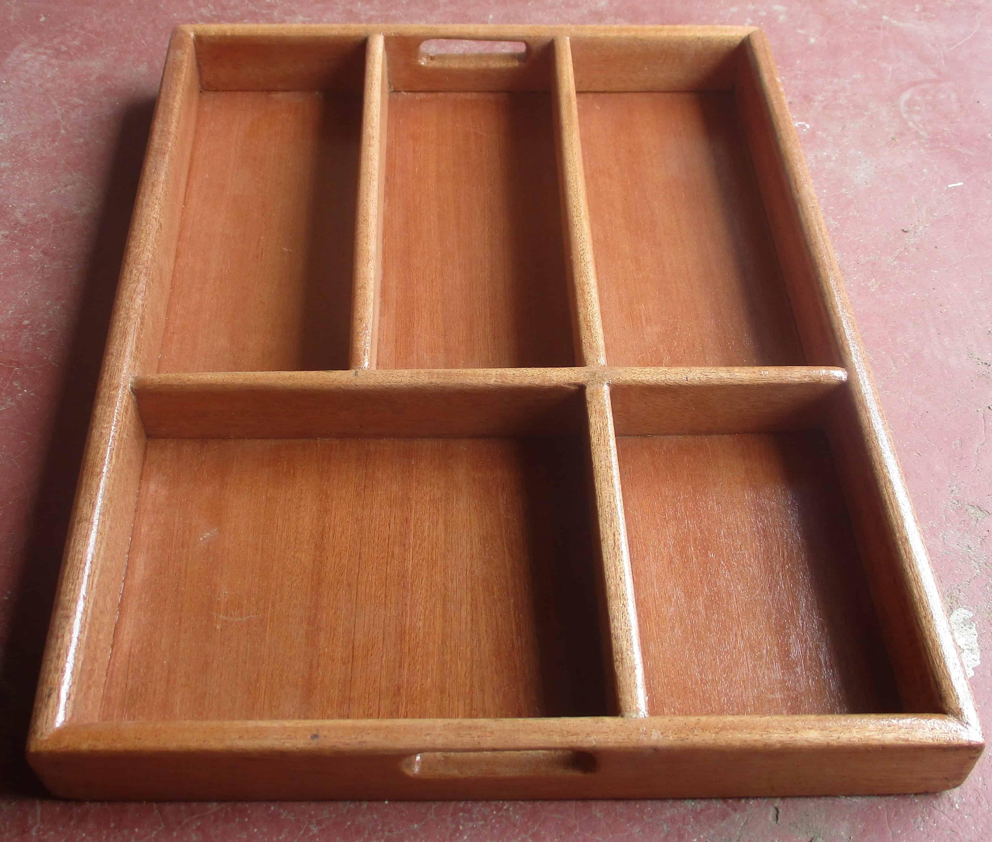 Zwei magefertigte Holzksten als Schubladeneinsatz