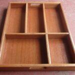 Zwei maßgefertigte Holzkästen als Schubladeneinsatz waehrend der Massanfertigung