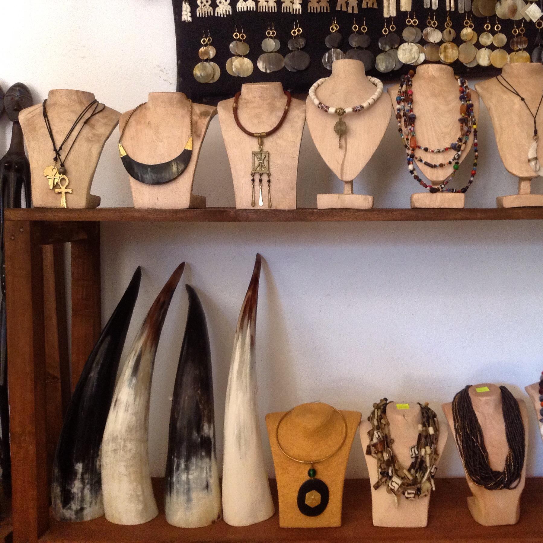 Halbmondkette mit MessingdrahtMessing Knchel gyptisches KreuzKuh - OhrringeWeier Knochen mit MessingketteMessingkissen Lederhalskette