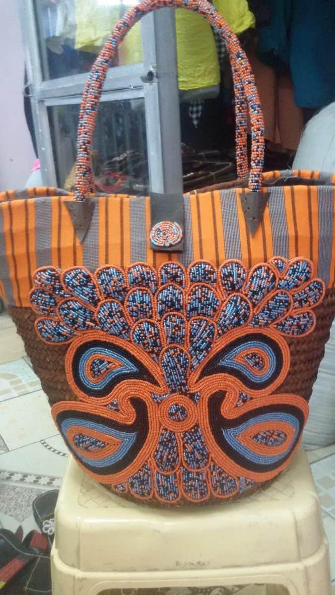 Palmen-Kikapu mit Perlen und Kikoi-Finish Mit einem Gewicht von ca 500 Gramm ist es in einer Reihe von hellensommerlichen Farben erhltlich