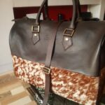 Massgeschneiderte schicke Handtasche waehrend der Massanfertigung