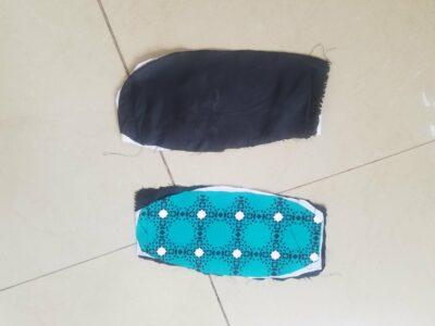 zwei Gürteltaschen aus Kitenge waehrend der Massanfertigung
