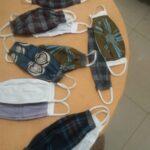 10 Gesichtsmasken aus Baumwolle waehrend der Massanfertigung