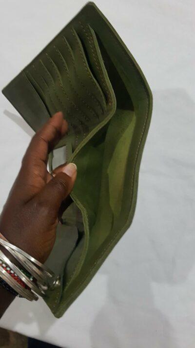 Maßgefertigte Geldboerse, mit Buegelverschluss waehrend der Massanfertigung