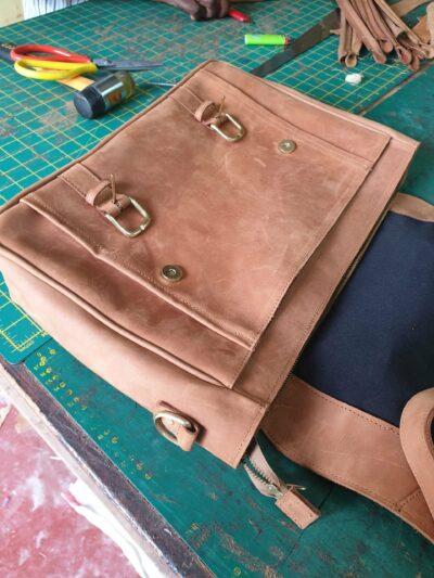 maßgefertigte Laptoptasche (sleeve) aus Leder waehrend der Massanfertigung
