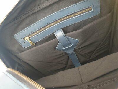 """Maßgefertigte blaue Laptoptasche für einen 15,6"""" Laptop waehrend der Massanfertigung"""