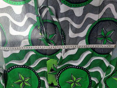 Zwei maßgefertigte Lieblingskleider aus Waxprint-Stoff waehrend der Massanfertigung