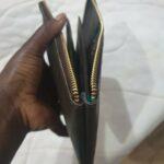 Maßangefertige Geldbörse waehrend der Massanfertigung