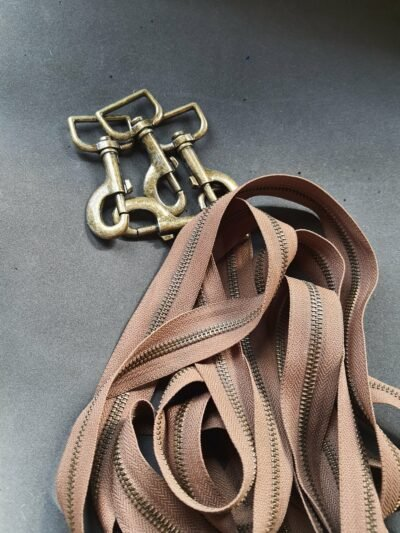 Maßgefertigte feminine Feld-Tasche aus Stoff waehrend der Massanfertigung