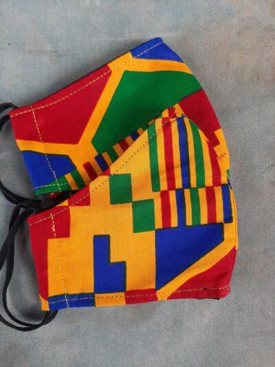 Zwei maßgefertigte Mundschutzmasken plus passendes Kopftuch waehrend der Massanfertigung