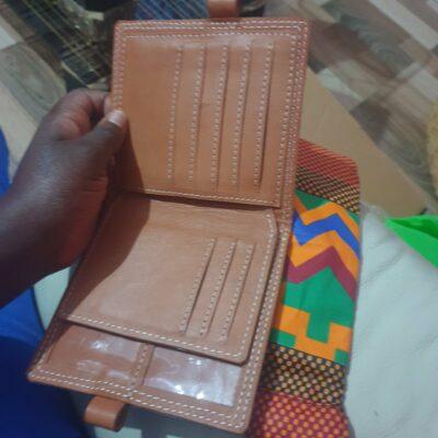Maßgefertigte Brieftasche mit den Aussenmassen H200mmX B125m waehrend der Massanfertigung