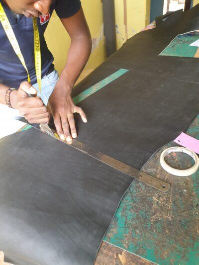 Maßgefertigte Laptoptasche im Querformat waehrend der Massanfertigung
