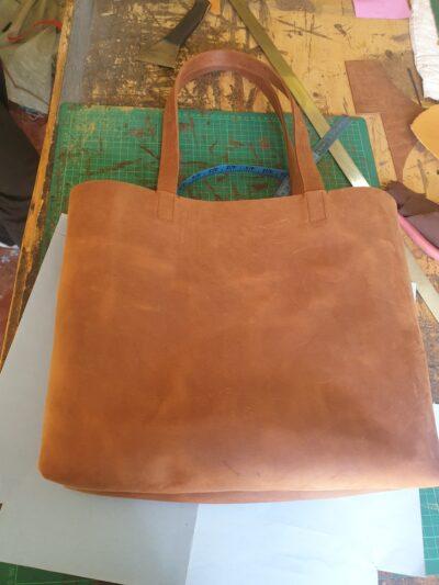 maßgeschneiderte feminine Leder Tote Bag waehrend der Massanfertigung