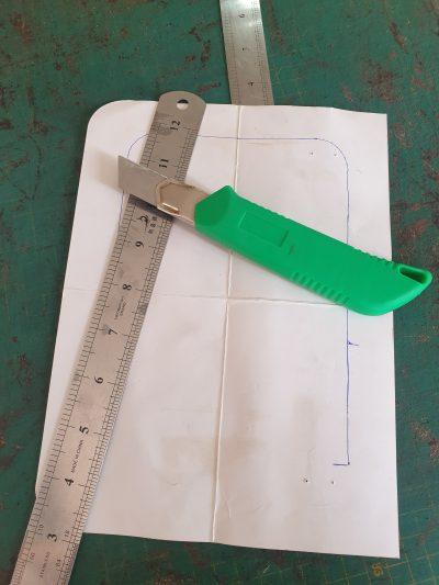 maßgefertigte kleine Umhängetasche aus Leder waehrend der Massanfertigung