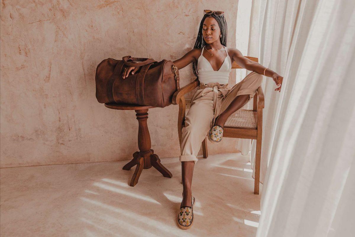 Hali Oduor mit ihrer neuen Tasche