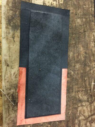 Maßgefertigtes schwarz-rotes Portemonnaie  waehrend der Massanfertigung