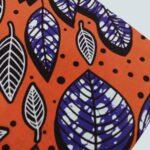 Maßgeschneiderte Vorhänge mit afrikanischen Wachsdruck waehrend der Massanfertigung