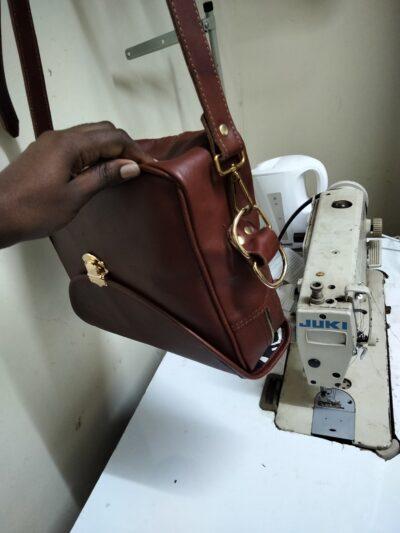 maßgeschneiderte Damenhandtasche aus Leder waehrend der Massanfertigung