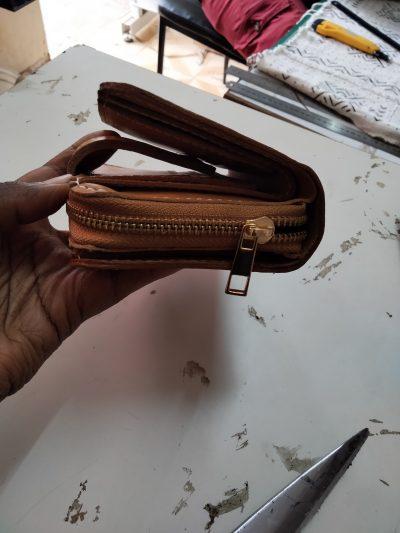 maßgefertigtes Portemonnaie  waehrend der Massanfertigung