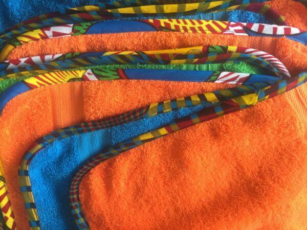 Massgeschneiderte Handtücher mit Kitenge-Einfassung