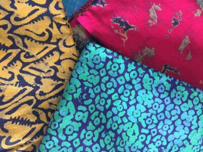 Maßangefertigter Bettbezug mit mehrfarbigem Baumwollstoff waehrend der Massanfertigung