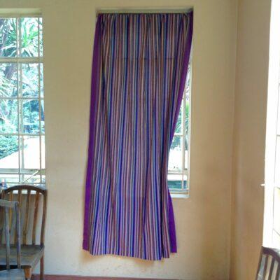 Vorhänge mit afrikanischem Muster waehrend der Massanfertigung