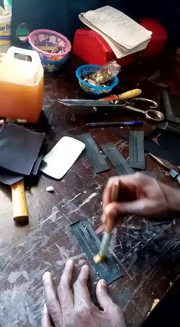 maßgefertigte sehr kleine schwarze Ledergeldbörse - 9x6.5 cm waehrend der Massanfertigung