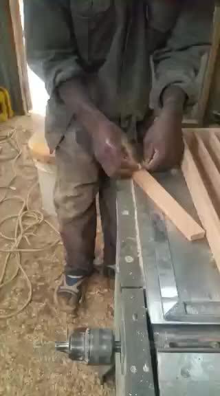Maßgefertiger Schubladeneinsatz mit integriertem Messerblock waehrend der Massanfertigung